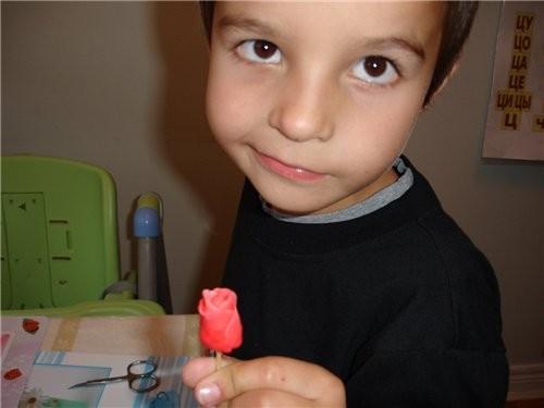 Насаживаем цветочек на зубочистку с высохшей основой и один из лепесточков поднимаем и оборачиваем... - 3
