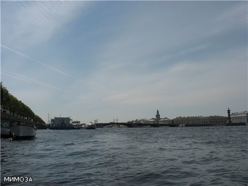 Пристань у Дворцовой набережной (сюда приходят ракеты из Петергофа) и Дворцовый мост