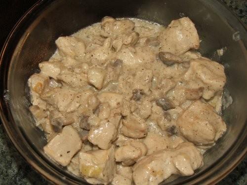 А вчера на ужин было курица с грибами в сливочном соусе и салат имрповизация с крабовыми палочками