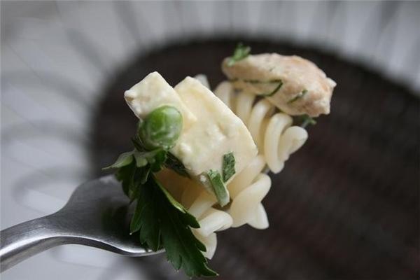 куриный салат к макаронам 200 г брынзы 200 г свежего зеленого горошка 1 куриная грудка зелень,майон... - 2