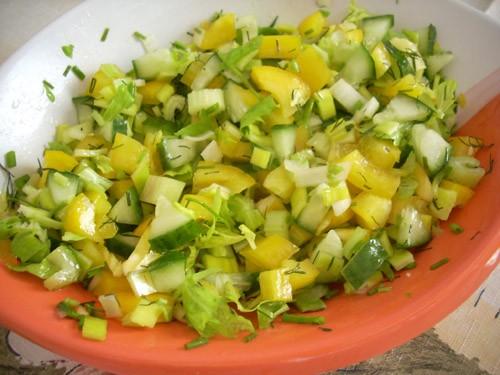 лёгкий салат, овощи можно резать и крупно и мелко, во втором случае можно добавить много зелени- ки...