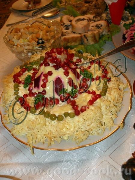 """Здесь салатик """"Гранатовый браслет"""", правда под оформление """"шапка мономаха""""))) Выкладывается на таре..."""