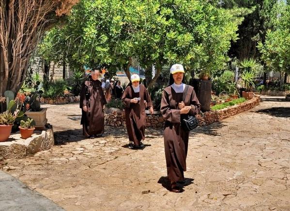 К церкви потянулись монахи и паломники - 2