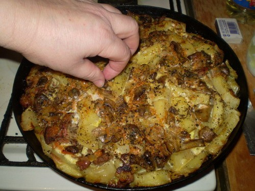 Картошка с мясом и грибами 1 кг картошки 300-400 г мяса 200 г шампиньонов 4 яйца 1 небольшая морков...