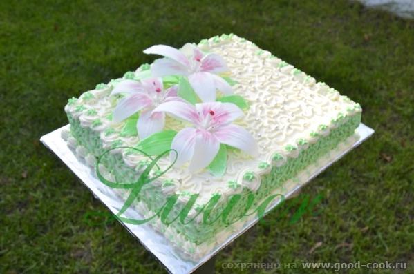 Торт украшен сливочно-творожным кремом. Лилии из желатиновой мастики