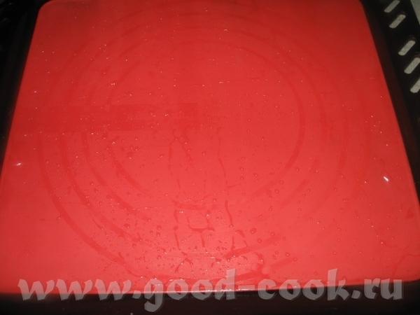Далее застилаем противень смоченным холодной водой силиконовым ковриком, смачиваем руки водой и фор...