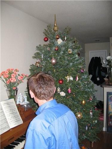 Моя елка и приложение к ней: муж создает праздничное настроение, играя популярные зимние песенки - 2