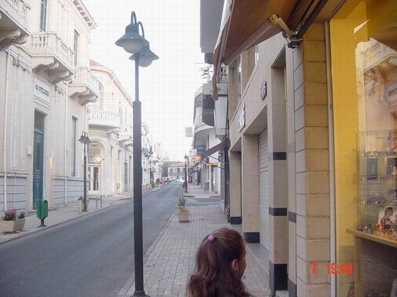 Недалеко от моего дома проходит вот такая улочка, мы любим по ней гулять, здесь очень много магазин...