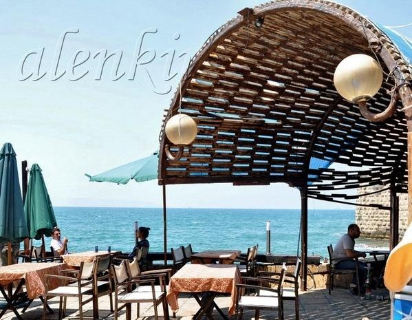 Внизу находится открытый ресторанчик у моря, где открывается необъятный морской простор - 2