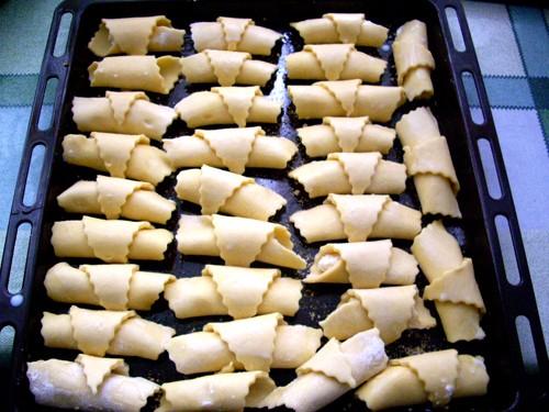 Скатать в трубочку от основания: Сложить мутаки на смазанный маслом и посыпанный паниров - 2