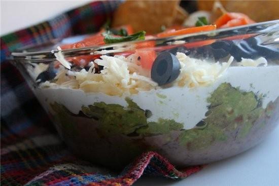 """Трехслойная мексиканская закуска 1 стакан натертого сыра """"чеддер"""" 5–6 помидоров черри 1 стакан масл..."""