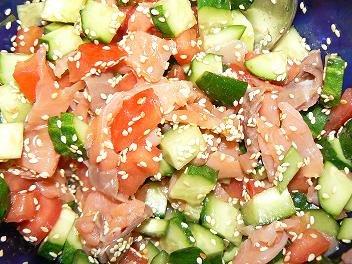 Салат с семгой (креветками) и свежими овощами Свежие огурцы и помидоры порезать кубиками Добавить в... - 2