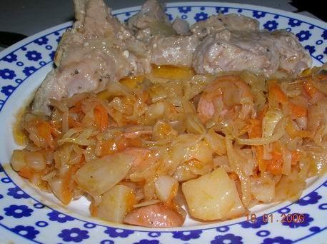 Вот и мой обед - щи щавелевые и соляночка со свининкой из горшочка в сметанной заливке - 2