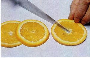 Нарезанные кружочки апельсина толщиной около 2-х мм надо аккуратно надрезать по радиусу точно до це... - 3