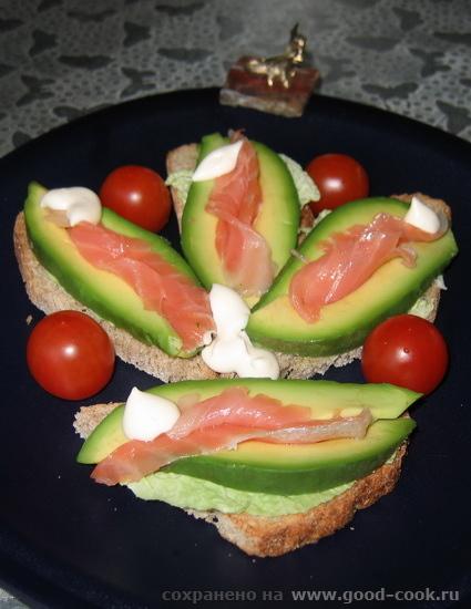 завтрак нового года: бутерброд для Дракоши на ломтик хлеба, подсушенный в тостере, натираю чесноком, покрываю салатным л...