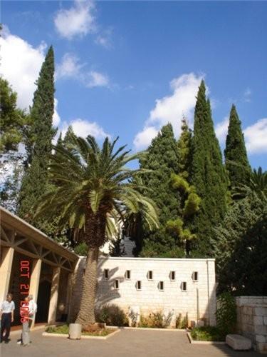 Во дворе этого храма