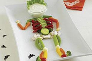 Чудненький Хэллоуинский скелетик : Использованы: зеленый перец, огурец, луковки, шампиньоны, морков...