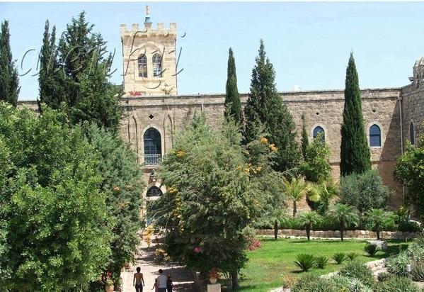 Купив вино и оливковое масло,направляемся дальше, где перед нами открывается вид на монастырь