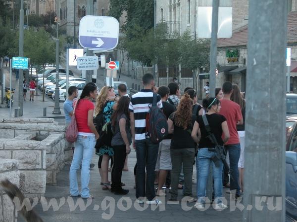 Группа подростков (вероятно, жители территорий, конечно в гороте им М-16 не нужны, но приходится ду...