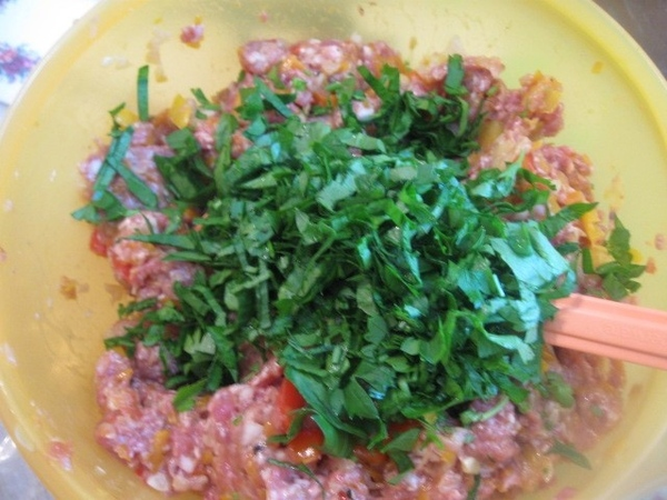 Остывшие овощи добавляем к мясному фаршу, все перемешиваем - 4