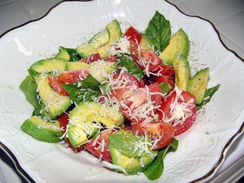 А иногда я делаю такой простой салат: Томаты, авокадо, базилик порезать, всё выложить в салатницу,...