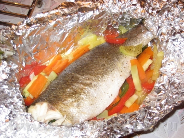 Сибас, запечённый с овощами и зеленью в фольге На одну порцию потребуется одна небольшая тушка сиба...
