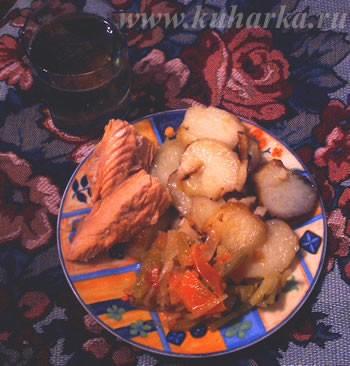 У нас сегодня ужин был простенький: картошечка, горбуша горячего копчения, закуска из зеленых помид...