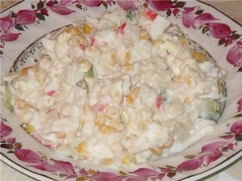 """А сегодня кушали Салат """"Крабовый"""" крабовые палочки 1 пачка кукуруза 1/2 банки яйцо 3 шт"""