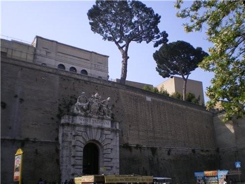 А теперь мы с вами находимся у стены Ватикана которая отделяет его от Рима