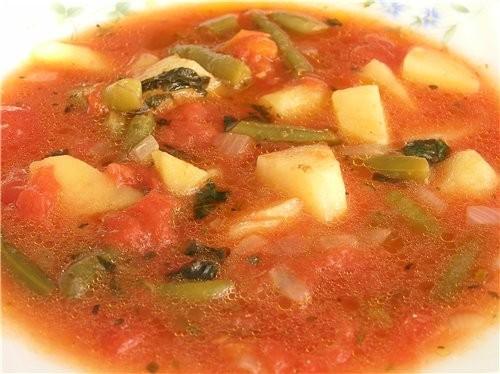 Суп с помидорами и стручковой фасолью 4 картошки, 1 луковица, 300 г стручковой фасоли, 1 банка тома...