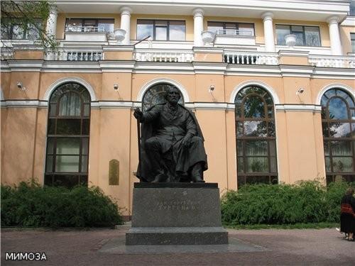 15 августа 2001 на Манежной площади Санкт-Петербурга состоялось торжественное открытие памятника Ив...