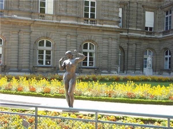 В одном из пригородов Парижа, Где к окнам ластится тишина, В одном из пригородов Парижа Луна изыска... - 2