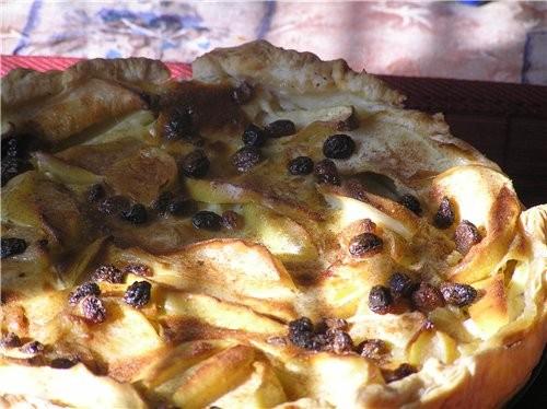 Вот еще один очень ароматный пирог с яблоками на слоеном тесте