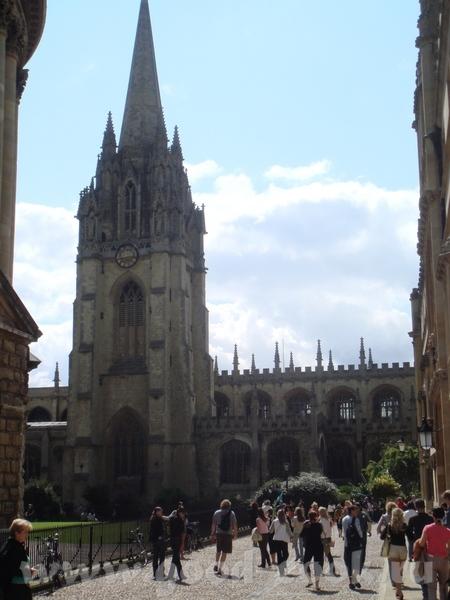 в Оксфорде учатся около 20 000 студентов и практически никто из них не бросает учебу