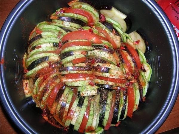 всё как в мультике 2 кабачка 1 баклажан 2-3 помидора соль, перец, специи Овощи порезать кружочками,...