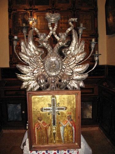 Вот этот маленький крестик посредине и есть частица Животворящего Креста