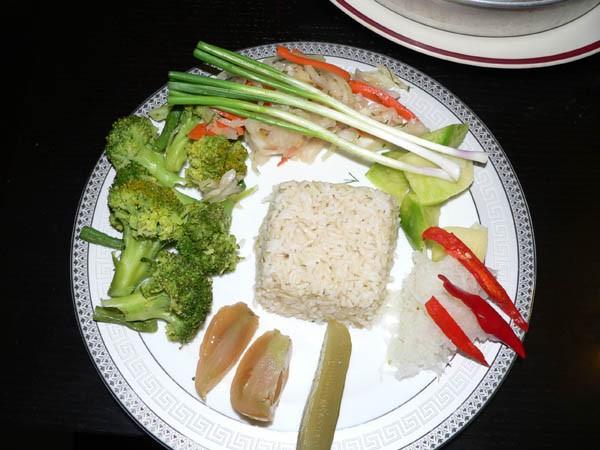 А ето муж нам ням-ням устроил Курица на Таджикский лад замариновал как ногу барана салатик и рис - 2