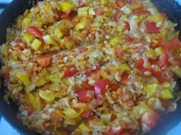 Нарезаем кубиками болгарский перец Овощи в сковороде не забываем помешивать - 4