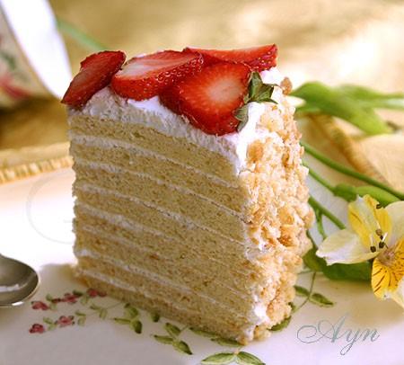 Этот торт очень похож на медовый торт, но вместо мёда в нём используется творог
