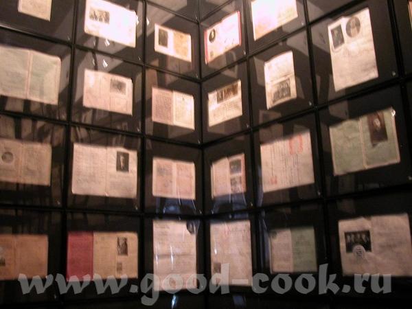 По всему музею развешаны цитаты из дневников, книг, воспоминаний тех, кто прибыл на Елис - 2