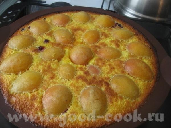 Заливаем подготовленной заливкой пирог и помещаем в разогретую до180 градусов духовку и выпекаем ми...
