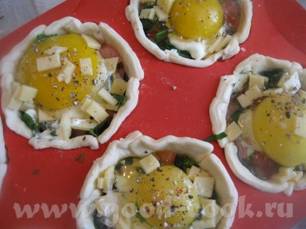 Яйца немного присаливаем и, по желанию, посыпаем перцем