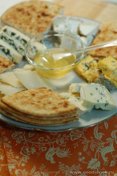 Дорогие гости, несу вам угоститься сырной тарелочкой