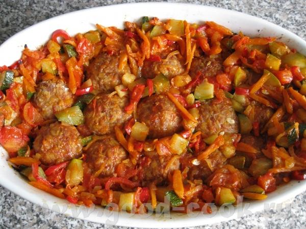 Тефтели с рисом и мясом + поджарка с цукини и прочим