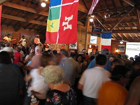 Там же находится танц-холл, где продают пиво и местный народ танцует под музыку zydeco (произноситс...