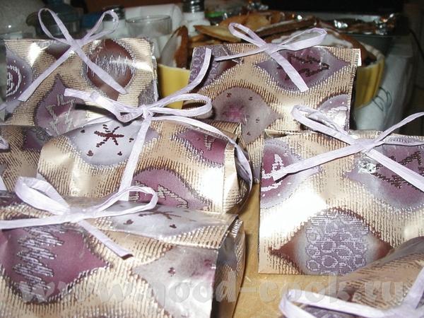 вариант оформления подарков: это я сегодня собирала подарочки католикам на Рождество в школу и мужу...