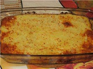 Запеканочка картофельная Готовое пюре и и готовое на резанное кусачками свинина, вот и все что надо...
