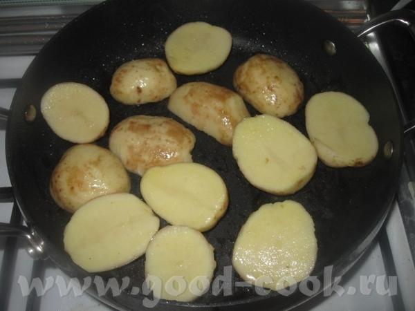 Картофель разрезаем пополам вдоль (если крупный, то кружочками) и также быстро обжариваем до румяно...