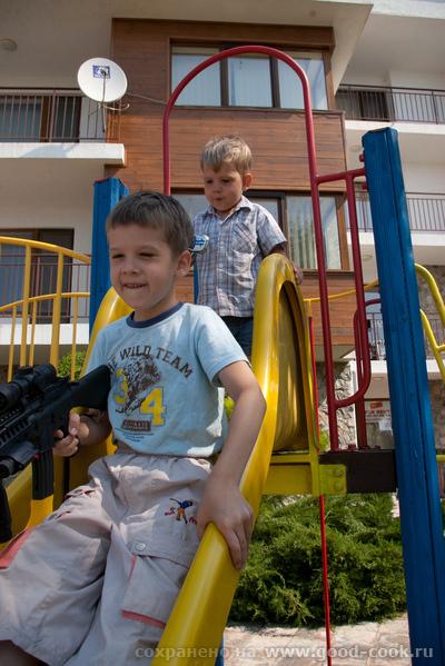 """Это вид из нашего окна в комплексе """"Месамбрия"""" в Елените: Везде стоят детские площадки, с которых детей не вытащить - 2"""