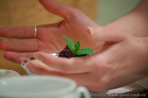 Девы, несу вам вариант сервировки панакотты - с миндальным английским кремом и ягодами